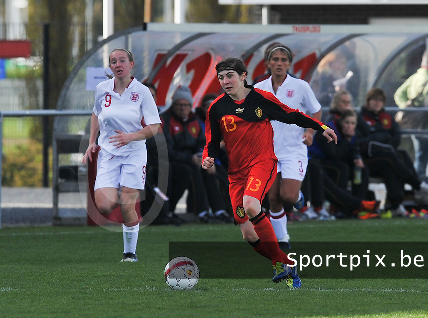 UEFA Women's Under 17 Championship - Second Qualifying round - group 1 : Belgium - England : .Noemie Gelders aan de bal voor Lucy Whipp.foto DAVID CATRY / Vrouwenteam.be