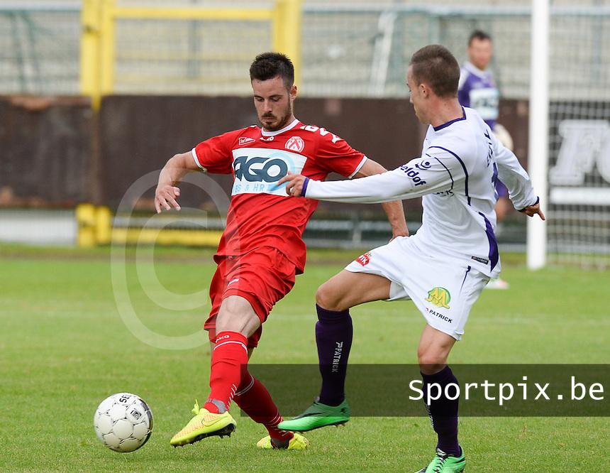 SW Harelbeke - KV Kortrijk : Baptiste Ulens (links) aan de bal voor Gianni Vanhaecke (r)<br /> foto VDB / BART VANDENBROUCKE