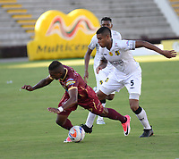 IBAGUE -COLOMBIA, 20-07-2017: Carlos Renteria (Izq) jugador del Deportes Tolima disputa un balón con Valencia  (Der) jugador de Alianza Petrolera durante partido por la fecha 3 de la Liga Águila II 2017 jugado en el estadio Manuel Murillo Toro de la ciudad de Ibagué . / Carlos Renteria (L) player of Deportes Tolima vies for the ball with Valencia(R) player of Alianza Petrolera during match for the date 3 of Aguila League II 2017 played at Manuel Murillo Toro stadium in Ibague. Photo: VizzorImage / Juan Carlos Escobar  / Cont