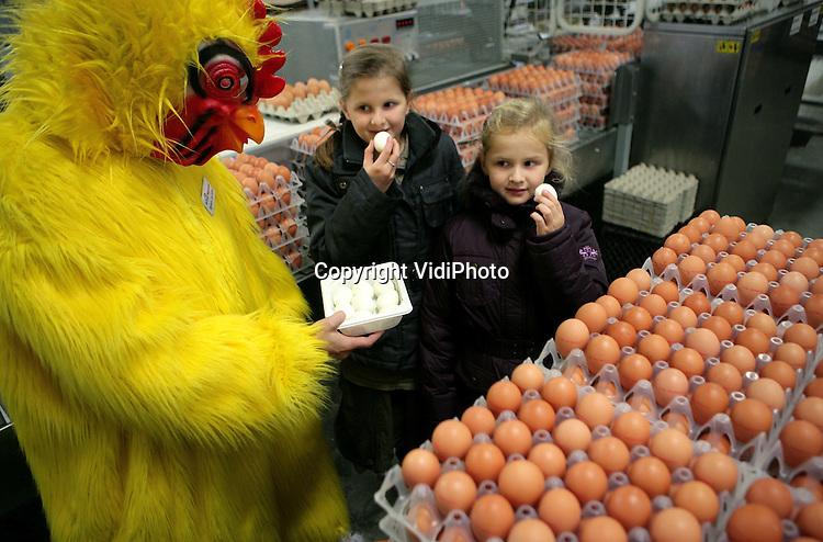 Foto: Henk Aalbers..BARNEVELD - In het kader van Wereld Eidag stond het eierdorp van Nederland, Barneveld, zaterdag de hele dag in het teken van kuikens, kippen en eieren. Tal van activiteiten werden voor de duizenden bezoekers uit het hele land georganiseerd in het Pluimveemuseum en in het centrum van het dorp. Het eipakstation Eicom hield open huis. Foto: Eitjes eten bij Eicom.