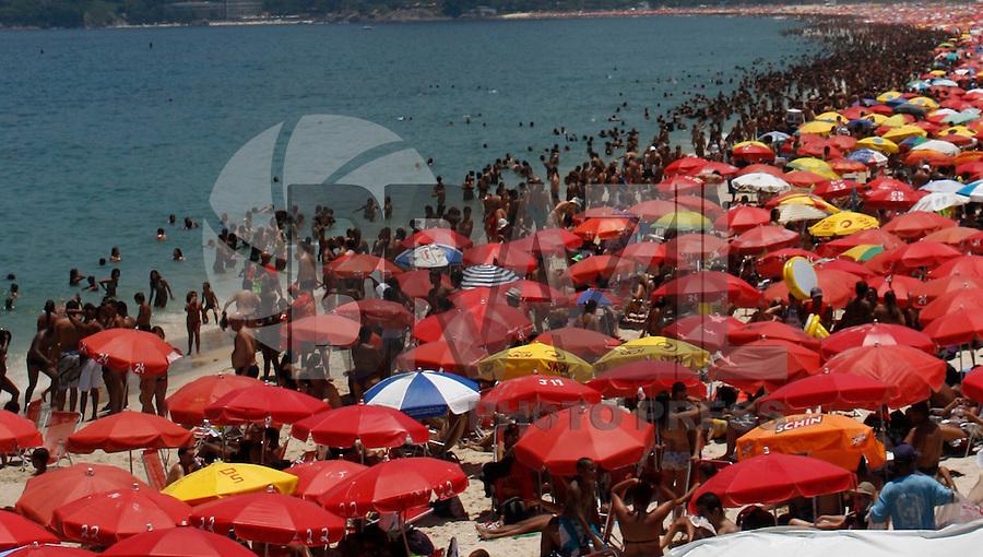 RIO DE JANEIRO, RJ, 05 DE FEVEREIRO 2012 - CLIMA TEMPO IPANEMA - Movimentacao na praia de Ipanema posto 7 onde as temperaturas chegam aos 36 graus na tarde desse domingo, 05 FOTO: ISABELA CATAO - NEWS FREE.