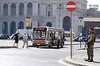 Roma, 4 Agosto 2008.Piazza San Giovanni in Laterano .Presidio di  Militari della Folgore in funzione Antiterrorismo.Rome, August 4, 2008.Piazza San Giovanni in Laterano.Presidio soldiers of the Folgore according Antiterrorism