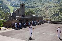 Europe/France/Aquitaine/64/Pyrénées-Atlantiques/Pays-Basque/Sainte-Engrâce: Pelote basque au village et l'église romane du XIe siècle