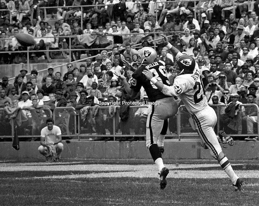 Oakland Raiders Bill Miller pulls in pass against the Kansas City Chiefs..(1969 photo/Ron Riesterer)