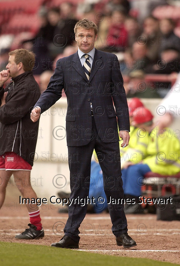 20040327     Copyright Pic : James Stewart.File Name : jspa10_clyde_v_stmirren.ALAN KERNAGHAN LOOKS BEMUSED AS HIS TEAM THROWS AWAY THE LEAD....James Stewart Photo Agency 19 Carronlea Drive, Falkirk. FK2 8DN      Vat Reg No. 607 6932 25.Office     : +44 (0)1324 570906     .Mobile  : +44 (0)7721 416997.Fax         :  +44 (0)1324 570906.E-mail  :  jim@jspa.co.uk.If you require further information then contact Jim Stewart on any of the numbers above.........