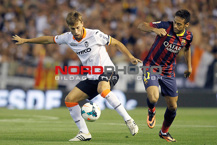 Valencia's Sergio Canales (l) and FC Barcelona's Neymar Santos Jr during La Liga match.September 1,2013. Foto © nph / Acero)