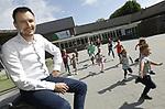 Foto: VidiPhoto<br /> <br /> RANDWIJK &ndash; Directeur Hans Versluis van de School met de Bijbel in Randwijk, tussen de spelende kinderen. De School met de Bijbel bestaat dinsdag 125 jaar.