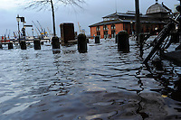 GERMANY Hamburg, storm Xaver, flood at river Elbe, fish market / DEUTSCHLAND Hamburg, Xaver Sturmflut 6.12.2013, Elbe am Fischmarkt