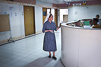 """Sister Gertrude is 40 years old. She has entered the Missionary Benedictine Sisters of Tutzing in 1996 and since then she has been assigned to help people in hospitals all over Philippines. She studied medicine to become a nurse and found her destiny at the Divine World Hospital in Tacloban, Philippines. <br /> <br /> Soeur Gertrude a 40 ans. Elle a rejoint les  Bénédictines de Tutzing en 1996 et depuis lors, elle a été attribuée pour aider dans les hôpitaux à travers les Philippines. Elle a étudié la médecine pour devenir infirmière et a trouvé son destin à l'hôpital """"The divine world hospital"""" à Tacloban, Philippines."""
