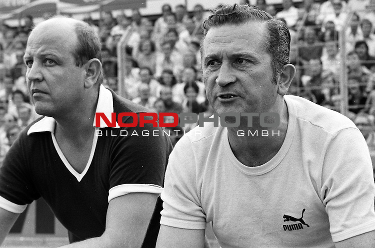 Aus 1. BL Saison 1975/76. Eintracht Braunschweig gegen Werder Bremen 3:2 am 30.08.1975. Werder Trainer Herbert Burdenski re.                                                                                                    Foto:  nph / Rust