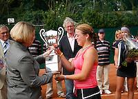 18-8-07, Amsterdam, Tennis, Nationale Tennis Kampioenschappen 2007, KNLTB voorzitster Karin van Bijsterveld overhandigd de beker aan de nieuwe nationaal kampioene Renee Reinhard