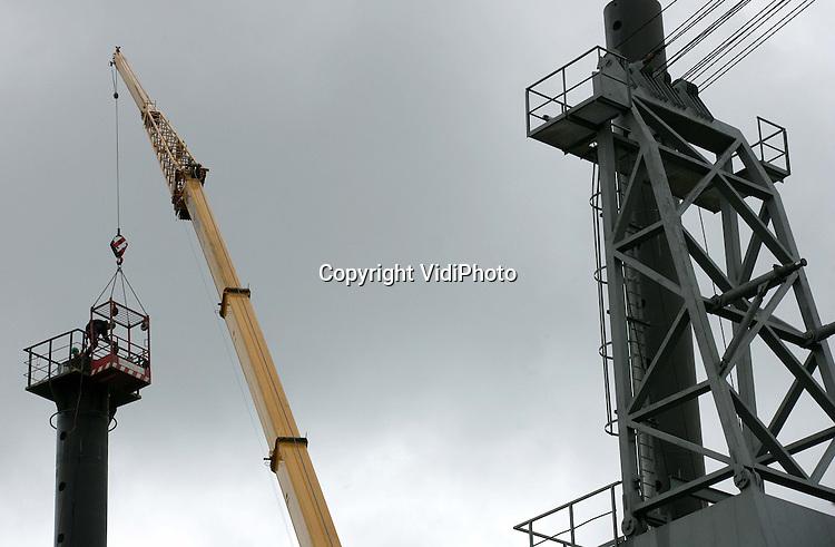 Foto: VidiPhoto..DODEWAARD - In Dodewaard bouwt Ravenstein Container Pontons (RCP) BV een zogenoemd hefeiland. Zodra het klaar is, wordt in ingepakt in 50 containers en vervoerd naar Mozambique. Hefeilanden (30 x 30 groot en 50 meter hoog) worden gebruikt om nieuwe havens voor de kust aan te leggen. RCP is een van de weinige bedrijven die gespecialiseerd is in bouwpakketten voor hefeilanden. Naar de platforms is op dit moment veel vraag.