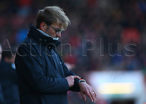 04.12.2016. Vitality Stadium, Bournemouth, England. Premier League Football. AFC Bournemouth versus Liverpool. Liverpool Manager Jurgen Klopp checks his watch as half time approaches