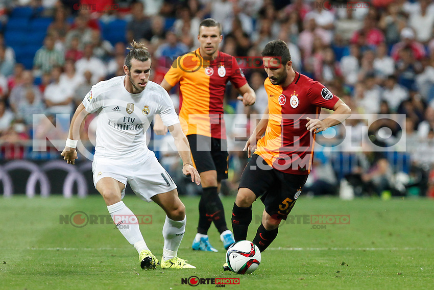 Real Madrid´s Gareth Bale (L) and Galatasaray´s Sabri Sarioglu during Santiago Bernabeu Trophy match at Santiago Bernabeu stadium in Madrid, Spain. August 18, 2015. (ALTERPHOTOS/Victor Blanco)