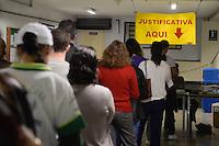SÃO PAULO,SP, 02.10.2016 - ELEIÇÕES-SÃO PAULO - Eleitores justificam seu voto na PUC no bairro de Perdizes na região oeste de São Paulo, neste domingo, 02. (Foto: Levi Bianco/Brazil Photo Press)
