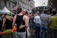 Berlin,  Ein Paar küsst sich am Samstag (15.06.13) in Berlin, bei der Eröffnung des schwul-lesbischen Stadtfestes. Foto: Maja Hitij/CommonLens