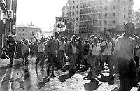Genova 21 Luglio 2001.G8.Il corteo dei Disobbedienti.Acqua dai palazzi per rinfrescare i manifestanti