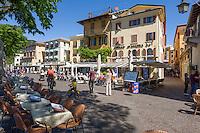 Italy, Veneto, Lake Garda, Garda: restaurants along lakeside promenade | Italien, Venetien, Gardasee, Garda: Restaurants entlang der  Seepromenade