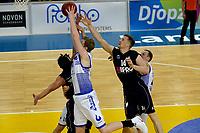 ZWOLLE - Basketbal, Landstede - Donar,  Dutch Basketball League, seizoen 2017-2018, 20-01-2018,  Donar speler Thomas Koenes komt net te kort