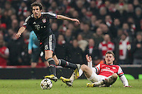 19.02.2013, Emirates Stadion, London, ENG, UEFA Champions League, FC Arsenal vs FC Bayern Muenchen, Achtelfinale Hinspiel, im Bild Aaron RAMSEY (FC Arsenal London - 16) kann Javier MARTINEZ (FC Bayern Muenchen - 8) nicht stoppen // during the UEFA Champions League last sixteen first leg match between Arsenal FC and FC Bayern Munich at the Emirates Stadium, London, Great Britain on 2013/02/19. EXPA Pictures © 2013, PhotoCredit: EXPA/ Eibner/ Ben Majerus..***** ATTENTION - OUT OF GER *****