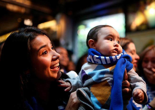 Angela Maria Bolivar, esposa del jugador de la Selecci&oacute;n Colombia  Camilo Vargas y su hijo Josue, durante el evento en el cual  Carlos Vives recibi&oacute; la banda de capit&aacute;n de los Hinchas Inseparables  en el Caf&eacute; Gaira, Bogot&aacute; el 9 de junio de 2014.<br /> <br /> Foto: Archivolatino<br /> <br /> COPYRIGHT: Archivolatino<br /> Solo para uso editorial, prohibida su venta y su uso comercial.