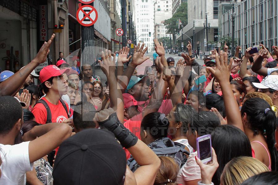 SÃO PAULO,SP, 26.05.2015 - PROTESTO-SP - Integrantes do Movimento dos Trabalhadores Sem-Teto (MTST) concentrados em frente à sede da Secretaria Municipal de Habitação, no Edifício Martinelli, centro de São Paulo, onde realizam ato na manhã desta terça-feira (26). O grupo busca uma solução para as famílias da ocupação Portal do Povo, no Morumbi, zona sul da cidade. (Foto: Renato Mendes/Brazil Photo Press)