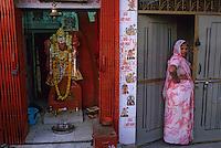 Asie/Inde/Rajasthan/Jaipur : Temple et statue de Hanuman et indienne