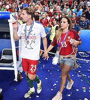 FUSSBALL EURO 2016 FINALE IN PARIS  Portugal - Frankreich        10.07.2016 Adrien Silva (li, Portugal) mit Freundin nach dem Spiel