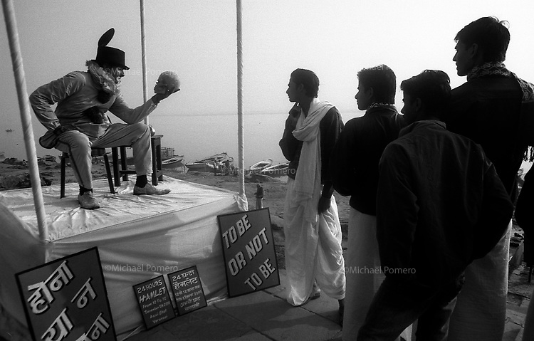 "12.2010 Varanasi (Uttar Pradesh)<br /> <br /> Group of foreigners performing 24 hours of street art with the famous question ""to be or not to be"" of William Shakespear in Hamlet.<br /> <br /> Groupe d'étrangers réalisant une performance d'art de rue pendant 24 heures avec la fameuse question ""être ou ne pas être"" de William Shakespear dans Hamlet."