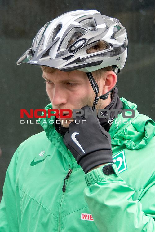 20.03.2016, Trainingsgelaende, Bremen, GER, 1.FBL, Training Werder Bremen<br /> <br /> im Bild<br /> Felix Wiedwald (Bremen #42) mit Helm nach Radtour, <br /> <br /> Foto &copy; nordphoto / Ewert