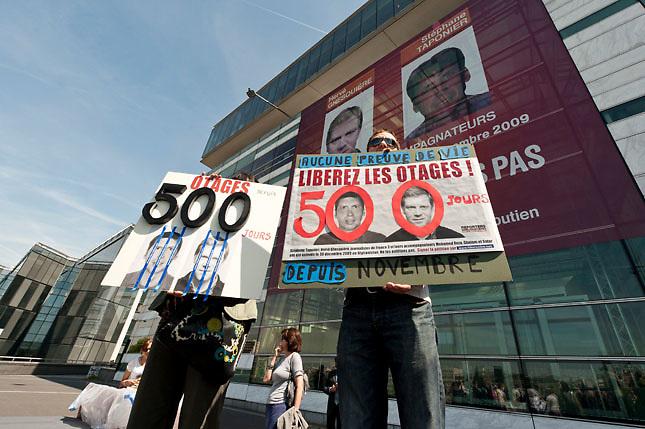 HOS29 PARÍS (FRANCIA) 13/5/2011.- Franceses se concentran para exigir la liberación de los dos periodistas franceses Stephane Taponier y Hervé Ghesquière secuestrados en Afganistán desde el 29 de diciembre de 2009, hoy, viernes, 13 de mayo de 2011, en París, Francia. EFE/Etienne Laurent.