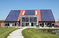 Nederland Groningen - 2019. Zernike Campus. De muren van de EnergyBarn zijn gemaakt van stro. Het is een lokaal en duurzaam pand. De stromuren en de high-tech apparatuur die gebruikt werden bij de bouw, zorgen voor de duurzaamheid. De EnergyBarn werd in opdracht van energieproeftuin EnTranCe gebouwd. Bouwen met stro heeft diverse voordelen zoals: een hoge energiewaarden, een lage carbon footprint en het is cradle to cradle te bouwen. Deze manier van bouwen is de ultieme vorm van duurzaam ondernemen. Foto Berlinda van Dam / Hollandse Hoogte