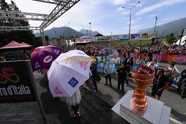 The Trofeo Senza Fine and podium girls representing the leaders jerseys on stage at sign on before the start of Stage 16 of the 100th edition of the Giro d'Italia 2017, running 222km from Rovetta to Bormio, Italy. 23rd May 2017.<br /> Picture: LaPresse/Gian Mattia D'Alberto | Cyclefile<br /> <br /> <br /> All photos usage must carry mandatory copyright credit (&copy; Cyclefile | LaPresse/Gian Mattia D'Alberto)