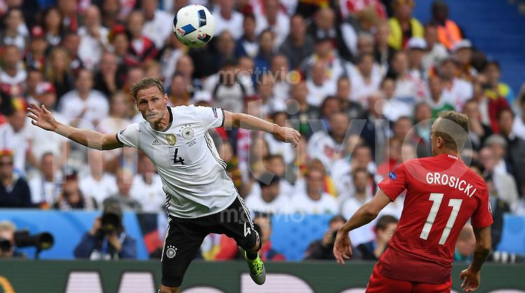 FUSSBALL EURO 2016 GRUPPE C IN PARIS Deutschland - Polen    16.06.2016 Benedikt Hoewedes (li, Deutschland) gegen Kamil Grosicki (re, Polen)