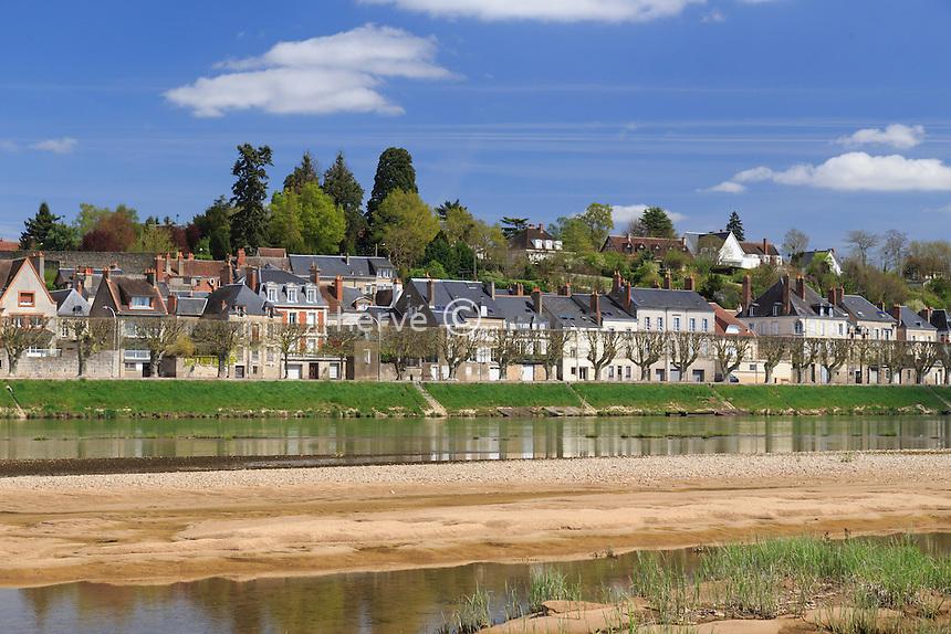 France, Loiret (45), Gien, alignement de maisons sur les quai et la Loire vu depuis la rive gauche // France, Loiret, Gien, houses view from the left bank of the Loire