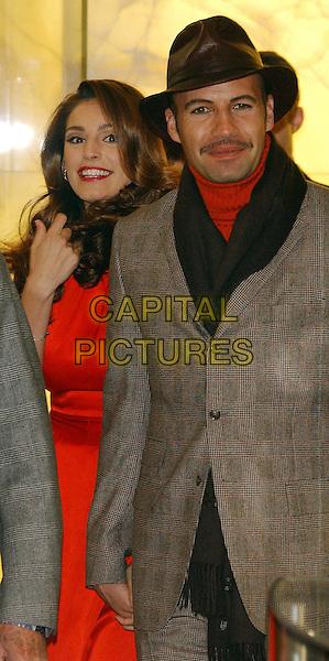 KELLY BROOK & BILLY ZANE.Harrods Winter Sale.Knightsbridge, London 28 December 2005.Ref:WIZ.half length.www.capitalpictures.com.sales@capitalpictures.com.©Capital Pictures