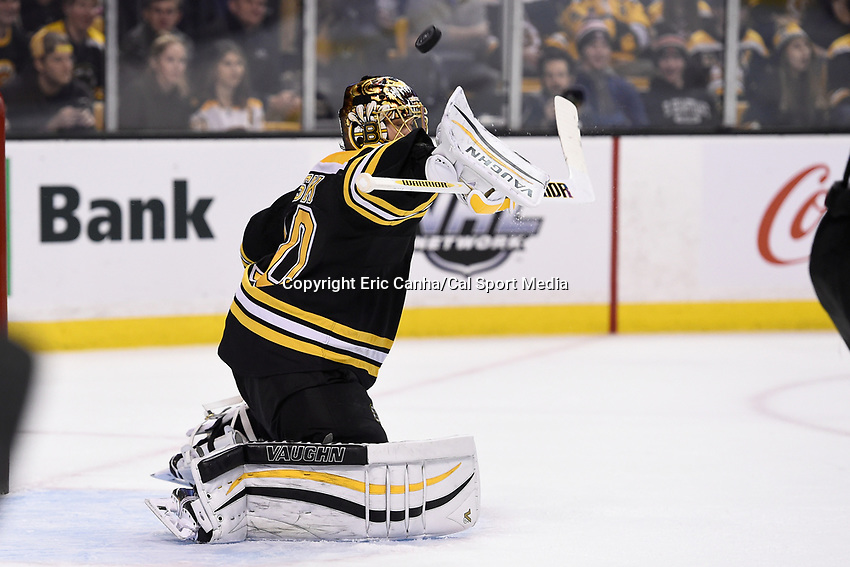 Tuesday, December 22, 2015: Boston Bruins goalie Tuukka Rask (40) makes a save during the National Hockey League game between the St. Louis Blues and the Boston Bruins held at TD Garden, in Boston, Massachusetts. The blues beat the Bruins 2-0 in regulation time. Eric Canha/CSM