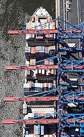4415/CTA:EUROPA, DEUTSCHLAND, HAMBURG 21.05.2005: CTA, Container Terminal Altenwerder, Containerschiff, Hapag Lloyd,  Containerverladung, Laden, Loeschen, Container,  Lager, Logistik, automatischer Betrieb, menschenleer, Container Hafen Hamburg, Luftbild, Luftansicht