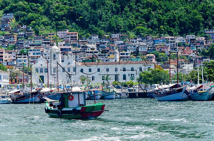 Vista parcial da cidade de Angra dos Reis e ao centro a Igreja e Convento Nossa Senhora do Carmo - Praça General Osório, Angra dos Reis - RJ, 01/2014.
