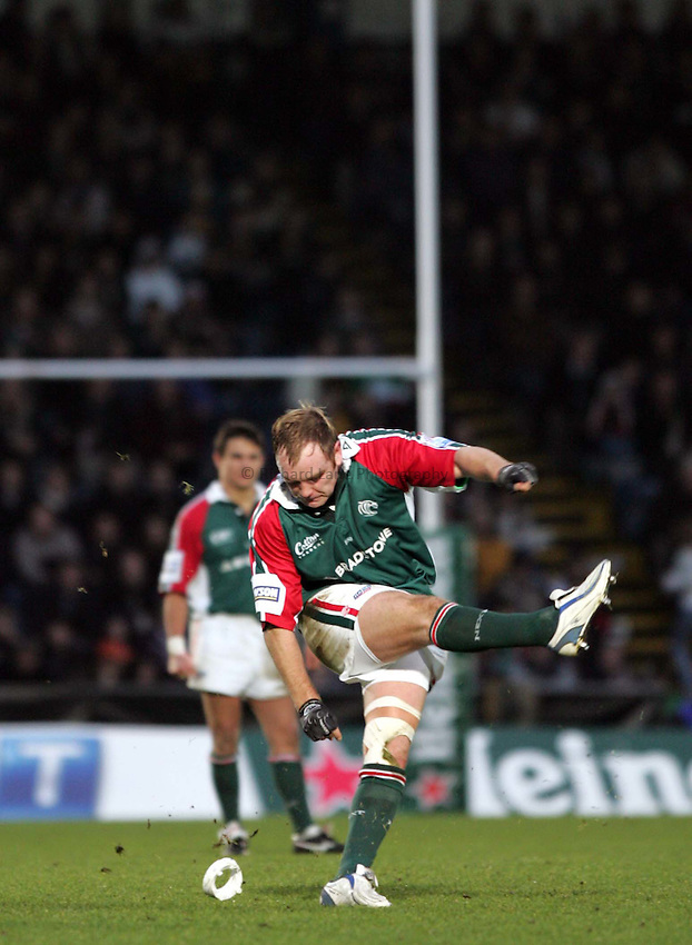 Photo: Frances Leader..London Wasps v Leicester Tigers. Heineken Cup. 05/12/2004..Andy Goode takes a kick at the posts.
