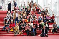 Ouderendag in de Stopera in Amsterdam. Mensen bekijken een voorstelling