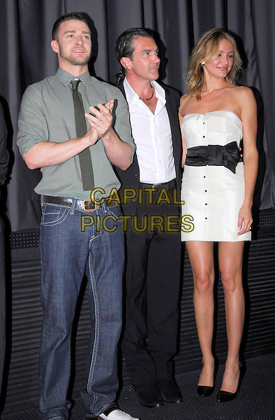 """JUSTIN TIMBERLAKE, ANTONIO BANDERAS, CAMERON DIAZ.Premiere for """"Shrek The Third"""", Sonycenter, Berlin, Germany, June 8th 2007..full length  flowers strapless white dress buttons green shirt tie clapping.CAP/PPG.©Norbert Kesten/People Picture/Capital Pictures."""