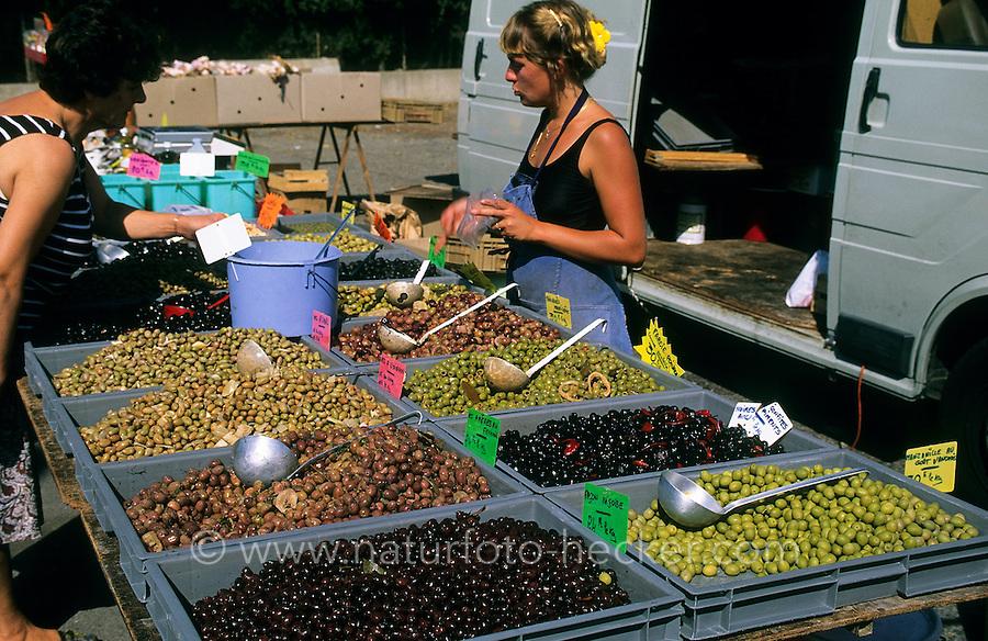 Olive, Oliven, verschiedene Sorten werden auf einem französischen Marktstand angeboten, Olivenbaum, Oliven-Baum, Ölbaum, Olea europaea, Olive