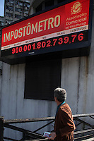 SAO PAULO, SP, 02/08/2012, IMPOSTOMETRO 900 BILHOES.  O Impostrometro registrou a marca de 900 bilhoes na manha de hoje (2). Luiz Guarnieri/ Brazil Photo Press