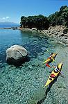 Descente des cotes corses (ici calanques de Piana vers Porto . Raid de 10 jours en kayak  de mer en bivouaquant sur les plages. Corse (cote ouest). France..