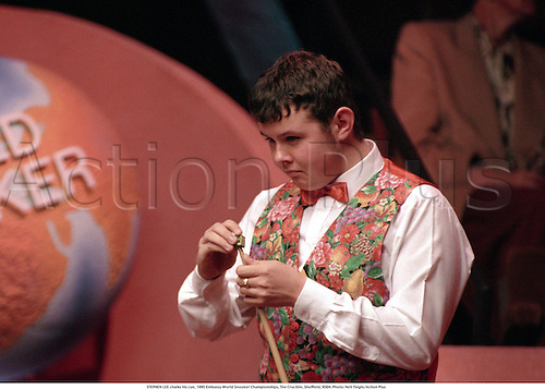 STEPHEN LEE chalks his cue, 1995 Embassy World Snooker Championships, The Crucible, Sheffield, 9504. Photo: Neil Tingle/Action Plus...1995.ball portrait preparation
