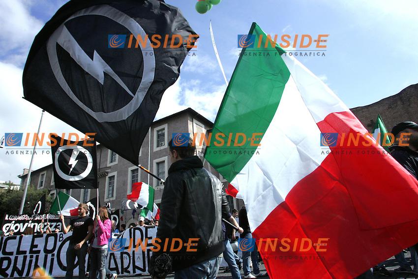 """Bandiere - Tricolore.Blocco Studentesco """" Giovinezza al Potere """" .Manifestazione Nazionale, sit-in a Piazza della Repubblica..Roma, 7 Maggio 2010..Photo Serena Cremaschi Insidefoto"""