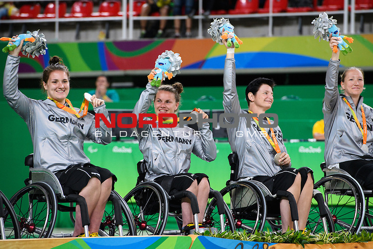16.09.2016, Rio de Janeiro, Olympische Arena<br />Paralympische Spiele, Rollstuhl Basketball Frauen, Siegerehrung<br /><br />Maya Lindholm (#11 GER), Annabel Breuer (#12 GER), Annegrit Briessmann (#13 GER), Marina Mohnen (#14 GER) mit Medaille / Silbermedaille / Maskottchen<br /><br />  Foto &copy; nordphoto / Kurth