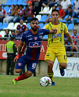 SANTA MARTA-COLOMBIA, 24-10-2019: Juan Sebastián Villota de Unión Magdalena y Gabriel Gómez de Atlético Bucaramanga disputan el balón, durante partido entre Unión Magdalena y Atlético Bucaramanga, de la fecha 19 por la Liga Águila II 2019, jugado en el estadio Sierra Nevada de la ciudad de Santa Marta. / Juan Sebastian Villota of Union Magdalena and Gabriel Gomez of Atletico Bucaramanga battle for the ball, during a match between Union Magdalena and Atletico Bucaramanga, of the 19th date for the Aguila Leguaje II 2019 played at the Sierra Nevada Stadium in Santa Marta city. Photo: VizzorImage / Gustavo Pacheco / Cont.