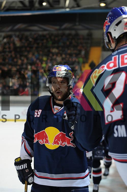 Eishockey, DEL, EHC Red Bull M&uuml;nchen - Eisb&auml;ren Berlin. <br /> <br /> Im Bild Florian KETTEMER (69) (EHC Red Bull M&uuml;nchen) klatscht mit der Bank ab. <br /> <br /> Foto &copy; P-I-X.org *** Foto ist honorarpflichtig! *** Auf Anfrage in hoeherer Qualitaet/Aufloesung. Belegexemplar erbeten. Veroeffentlichung ausschliesslich fuer journalistisch-publizistische Zwecke. For editorial use only.
